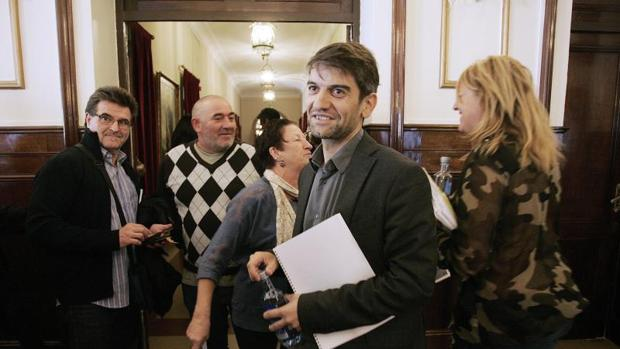 El alcalde de Ferrol, Jorge Suárez, ayer en el Ayuntamiento. Tras él, su exsocia, la socialista Beatriz Sestayo