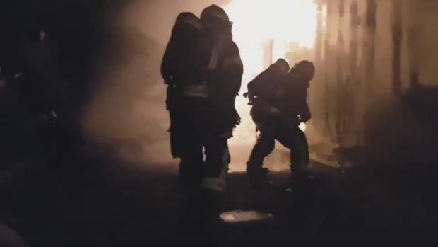 Dos bomberos trabajan en una vivienda devorada por las llamas