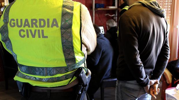 Fotografía de archivo facilitada por la Guardia Civil, que el pasado mes de julio detuvo a diecinueve personas por tenencia y distribución en internet de material con abusos y explotación sexual de menores