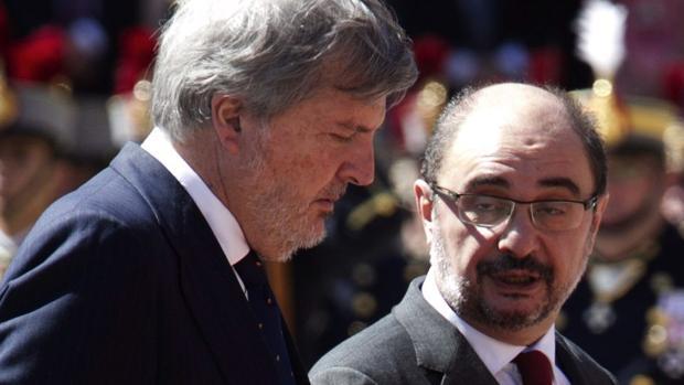 El presidente aragonés, Javier Lambán (PSOE), junto al ministro de Educación, Íñigo Méndez de Vigo