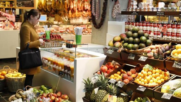 Puestos de frutas y verduras del Mercado de San Antón
