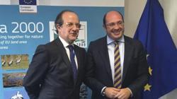 Pedro Antonio Sánchez (d) se reunió con el director general de Medio Ambiente de la Comisión Europea, Daniel Calleja (i)