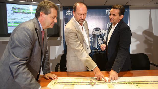 Representantes de Orihuela y la Diputación observan los planos de la obra