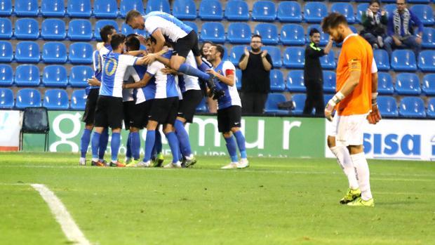 Los jugadores del Hércules celebran su triunfo ante el Cornellà