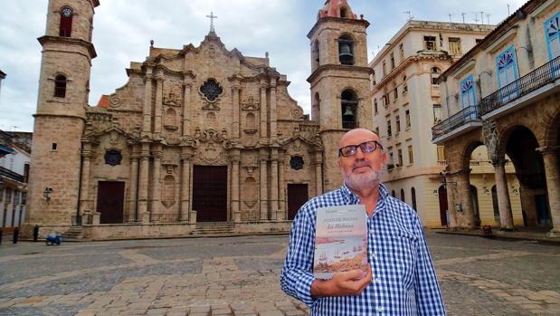 Jesús Perezagua frente a la catedral de La Habana, ciudad donde hace unas semanas presentó su investigación