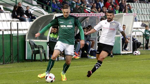 Adrián y Braulio pelean por un balón durante el partido