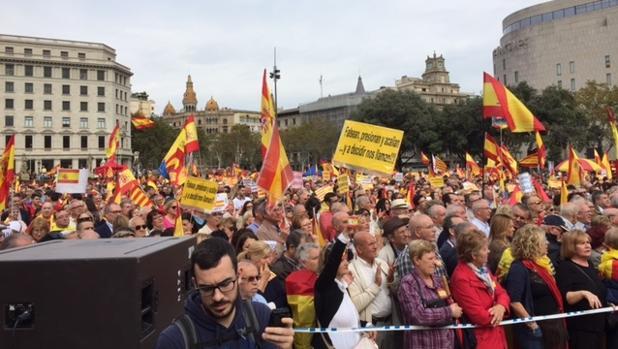 Miles de catalanes se manifiestan en Barcelona en favor de la unidad de España