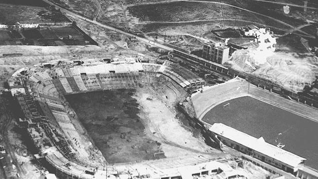 Imagen del Nuevo Estadio Chamartín (izquierda), junto al viejo Estadio Chamartín