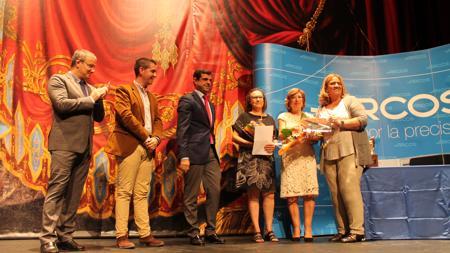 Entrega del premio a la Asociación del Teatro Victoria de Hellín