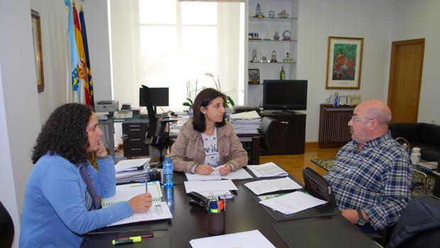 La conselleira Vázquez y Belén Docampo, ayer con Roberto García, de Unións Agrarias