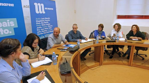 Luis Villares (3i) y las diputadas electas Eva Solla (i) y Paula Vázquez (2i), en Santiago