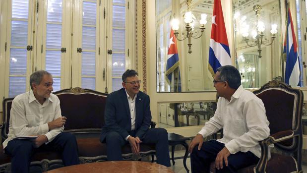 Imagen de Puig junto a las autoridades cubanas
