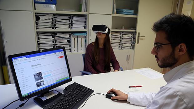 Una paciente recibe terapia a traves de unas gafas de realidad virtual