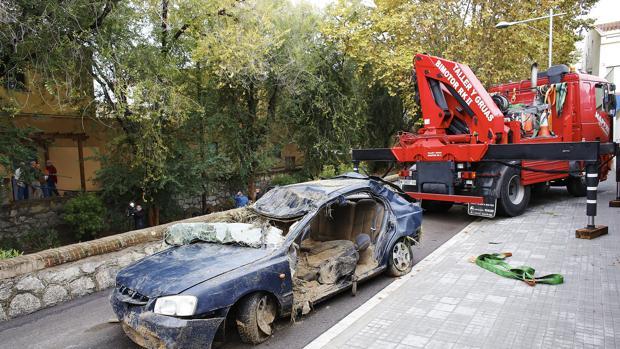 Una grúa retira el vehículo de la víctima mortal en Vilassar de Mar