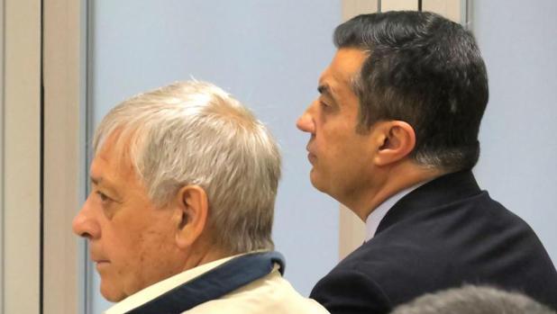 Llorens (derecha), sentado en el banquillo como investigado