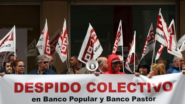 Concentración en Valladolid de trabajadores del Banco Popular