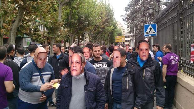 Los bomberos durante la manifestación realizada a las puertas de la Diputación llevando caretas de responsables políticos