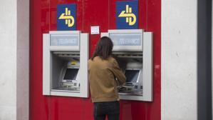Carmena impone una tasa para los cajeros automáticos situados en la calle