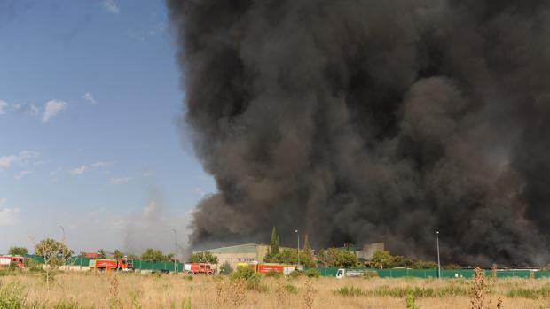 Una gran columna de humo provocó el incendio de la nave de Chiloeches