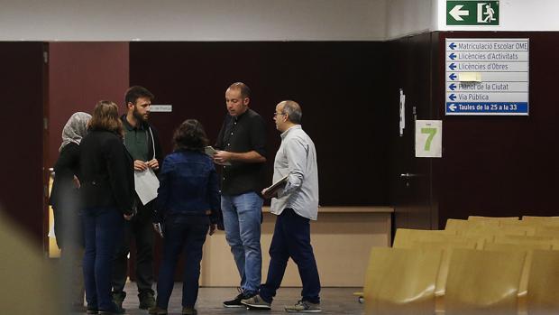 Concejales del Ayuntamiento de Badalona, ayer en el interior del consistorio