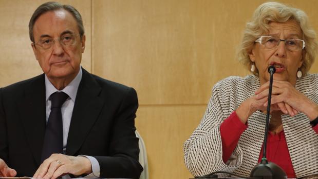 El presidente del Real Madrid, Florentino Pérez, junto a la alcaldesa de la capital, Manuela Carmena