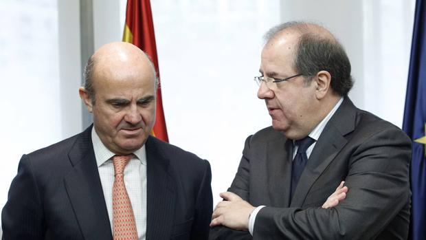 El presidente de la Junta de Castilla y León, Juan Vicente Herrera, y el ministro de Economía y Competitividad y de Industria y Energía en funciones, Luis de Guindos