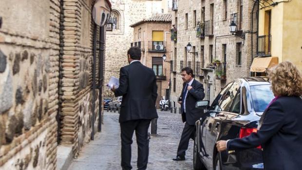 El presidente de Castilla-La Mancha, Emiliano García-Page , a su llegada al Palacio de Fuensalida para reunirse con el líder regional de Podemos, José García Molina, tras la ruptura del pacto de investidura por parte de Podemos el pasado 26 de septiembre