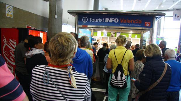 Imagen de las colas en la oficina de turismo del puerto de Valencia
