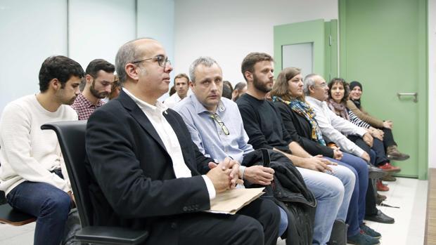 Tercero por la izquierda, en primera fila, el concejal de la CUP en Badalona José Téllez, ayer ante el juez