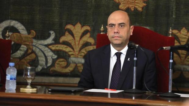 El alcalde, Gabriel Echávarri, en silencio durante el pleno del debate sobre la ciudad