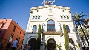 El juez cree que el Ayuntamiento de Badalona vulneraba la libertad ideológica si abría el 12O