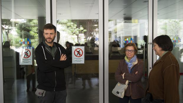 Concejales a las puertas del Ayuntamiento de Badalona, el pasado 12-O