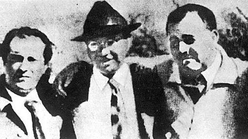 Rafael Alberti junto a John Dos Pasosy Ernest Hemingway, en el Congreso Antifascista celebrado en el Metropol