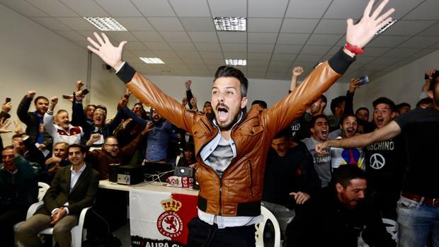 El entrenador de la Cultural y Deportiva Leonesa, Rubén de la Barrera, celebra el emparejamiento con el Real Madrid en la siguiente fase de la Copa del Rey