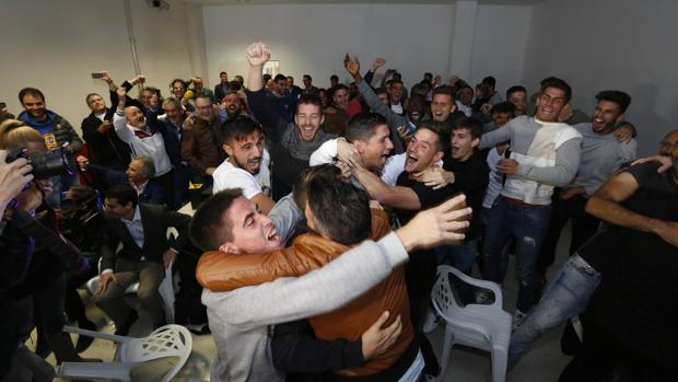 Los jugadores de la Cultural Leonesa celebran el emparejamiento de la Copa del Rey con el Real Madrid