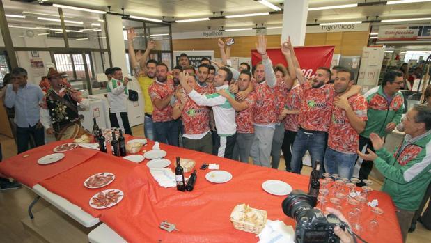 Los jugadores del Guijuelo se abrazan tras conocer que su emparejamiento de la Copa del Rey será el Atlético de Madrid