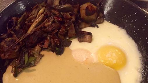 Huevo en sartén, sobre mousse de hongos con poquito foie de pato y setas