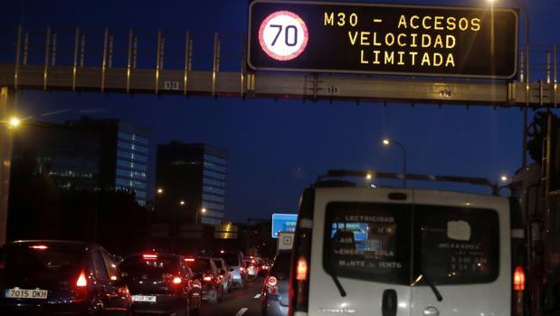 Varios vehículos circulan por la M-30 bajo la restricción de no superar los 70 km/h