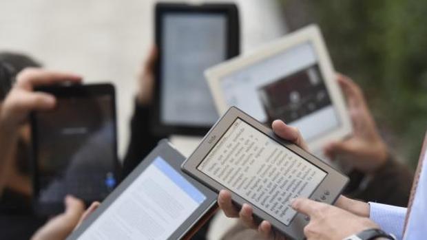 Varios usuarios con ebooks