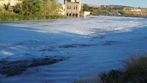 El río Tajo amanece cubierto de espuma a su paso por Toledo