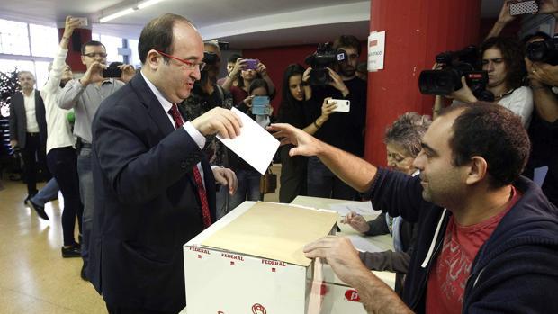 El candidato Miquel Iceta vota en las elecciones primarias del PSC