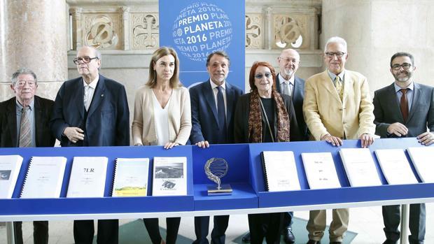 Los miembros del jurado del Planeta, ayer frente a las diez obras finalistas