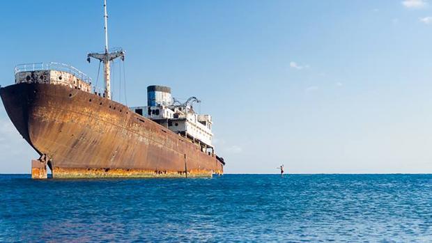 El Talemón, buque encallado en Lanzarote, permite casi caminar sobre el agua