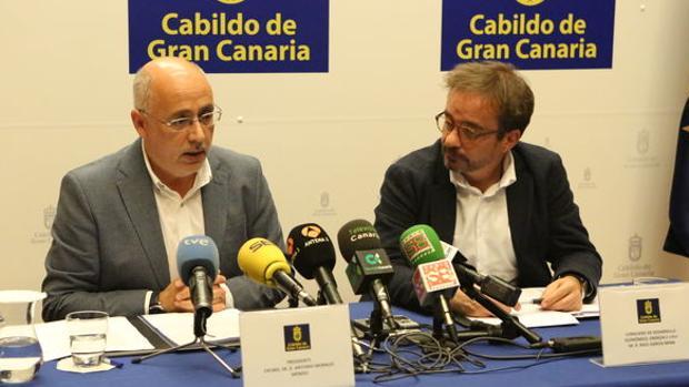 Antonio Morales, presidente del Cabildo de Gran Canaria,y el consejero de Energía, Raúl García