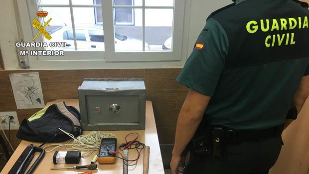 Un agente junto a la caja fuerte sustraída en Crevillente