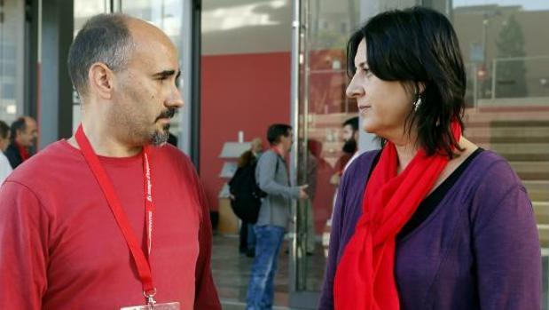 David Rodríguez y Rosa Pérez, frente a la sede de EUPV