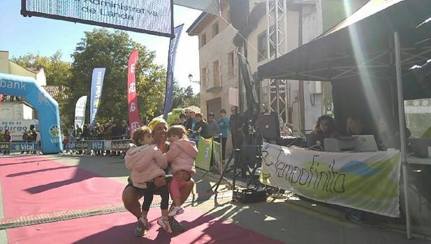 Iván Hernández entra en meta acompañado de sus dos hijas