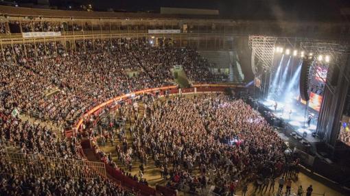 Aspecto de la plaza de toros de Alicante, llena de público para Malú