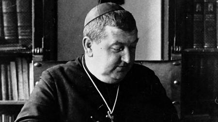 El obispo Manuel González, en su despacho