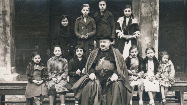 El obispo de Palencia Manuel González, junto a unas niñas en la calle Mayor de Palencia